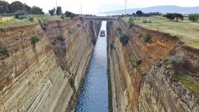 Ett skepp på den Corinth kanalen i Peloponnesen, Grekland, Europa Royaltyfri Fotografi
