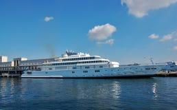 Ett skepp som anslutas i hamnen Royaltyfri Fotografi