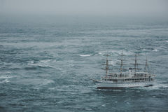 Ett skepp som korsar havet till och med en malström Arkivbild