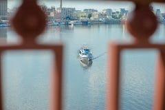 Ett skepp som svävar på floden Royaltyfria Bilder