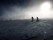 Ett skidåkningpar Fotografering för Bildbyråer