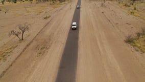 Ett skott av en lång väg med att förbigå för bilar stock video