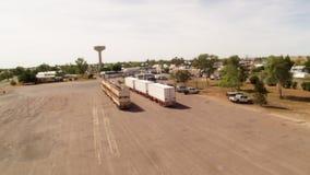 Ett skott av ett land med lastbilar och bilar lager videofilmer