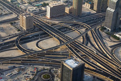 Ett skott av motorvägarna i i stadens centrum Dubai UAE Royaltyfri Fotografi