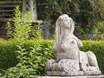 Ett skott av sfinxen i den Bodnant trädgården Arkivfoto