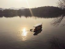 Ett skovelfartyg på en sjö royaltyfri foto