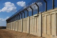 Ett säkrat industriellt zonplanerar med hårdnar staket Arkivbild