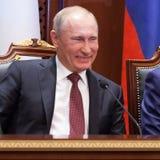 Ett skratt av Vladimir Putin Arkivfoto