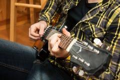 Nära övre för gitarrspelare royaltyfria bilder