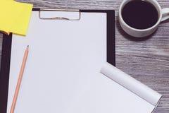 Ett slut upp av arbetsplatsen: skrivplatta kopp kaffe, klistermärkear, penna royaltyfria foton