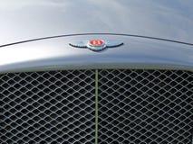Ett slut upp av emblem- och elementskyddsgallret av en tappning90-tal Bentley Brooklands en brittisk planlagd och byggd lyxig tur arkivfoto