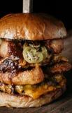 Ett slut upp av en gigantisk hamburgare Arkivbilder