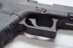 Ett slut upp av en svart halv automatisk pistol fotografering för bildbyråer