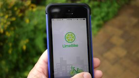 Ett slut upp av Limebiken App på en mobiltelefon arkivbilder