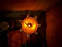 Ett slut upp bästa sikt av flamman av den traditionella ljusa stunddiwalien i Indien royaltyfria bilder