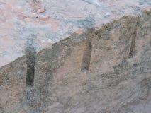 Ett slut upp exempel av bruten sten vaggar som kan finnas på tempelvillebrådslingan på det röda helgonet George Sandstone Royaltyfri Fotografi
