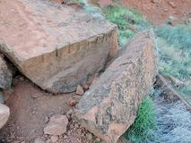 Ett slut upp exempel av bruten sten vaggar som kan finnas på tempelvillebrådslingan på det röda helgonet George Sandstone Arkivfoto