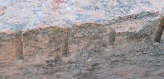 Ett slut upp exempel av bruten sten vaggar som kan finnas på tempelvillebrådslingan på det röda helgonet George Sandstone Royaltyfria Foton
