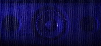 Ett slut upp makrofotografiet av en ljudsignal högtalare som använder en blå exponering, stelnar royaltyfri bild