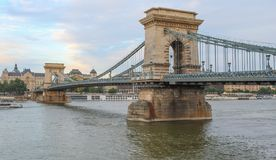 Ett slut upp sikten av den Budapest kedjebron på Danubet River med den Gresham slotten i bakgrunden royaltyfri foto