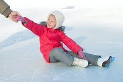 Ett barn lärer att åka skridskor Arkivbild