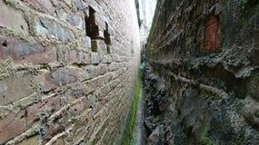 Ett smalt mellanrum mellan väggen och väggen royaltyfri foto