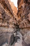 Ett smalt passerande between till gigantiska sandstenberg Arkivfoton