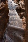 Ett smalt passerande between till gigantiska sandstenberg Royaltyfri Bild