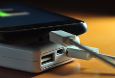 Powerbank och mobil (batteriindikatorn) Royaltyfri Foto