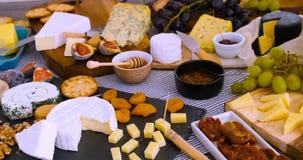 Ett sortiment av fransk och brittisk ost Fotografering för Bildbyråer