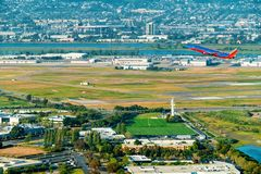 Ett Southwest Airlines flygplan avg?r Oakland internationella Aiport royaltyfria bilder