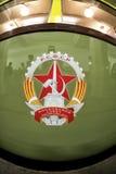 Ett sovjetiskt emblem på sidan av drevet för gångtunnel för Moskva` s det retro av 1934 Juni 10, 2017 moscow Ryssland Arkivfoton