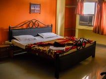 Ett sovrum med intrig för säng och för primär färg fotografering för bildbyråer