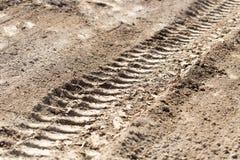 Ett spår av maskinen på jordningen som en bakgrund Arkivfoton