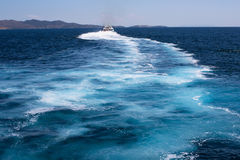 Ett spår av skeppet i det Aegean havet Arkivfoto