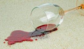 Ett spillt exponeringsglas av rött vin Arkivfoton