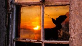 Ett splittrat exponeringsglas som reflekterar solnedgången i Skottland Fotografering för Bildbyråer