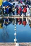 Ett ställe för att simma konkurrens i iskallt vatten på vintergyckeln Arkivfoton