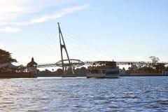 Ett större kryssningskepp tar av att ta turister för att se flodsikten av Kuching, Sarawak royaltyfri foto