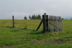 Ett staket av den lantliga egenskapen arkivfoton