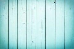 Ett staket av vertikala ljusa turkosbräden Tom bakgrund med en textur av träslats royaltyfri bild