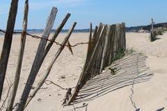 Ett staket byggdes på stranden i LaBernerie-en-Retz (Frankrike) Arkivfoton