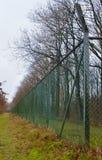 Ett staket för ingrepp för lång och hög tråd Arkivfoton