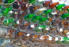 Ett staket från flaskor arkivfoto