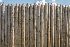 Ett staket som göras av gamla spruckna journaler royaltyfri bild
