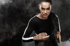 Ett starkt idrotts-, kvinnasprinter, körning Flicka som bär i det sportswear-, kondition- och sportmotivationbegreppet med kopian royaltyfri bild