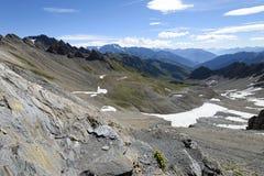 Ett stenigt berg passerar på vägen till Mont Blanc Nordliga Italien Arkivfoto