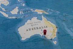 Ett stift på adelaide, Australien i världskartan fotografering för bildbyråer
