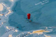 Ett stift på en översikt av Guam, USA arkivfoton