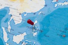 Ett stift på manila, philippines i världskartan royaltyfri fotografi